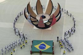 Figurantes durante la ceremonia de apertura del Mundial de Brasil.