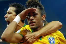 Neymar y un inexistente penalti impulsan a Brasil