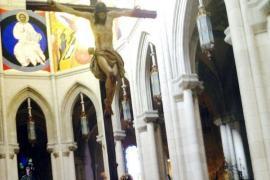 Detenidas dos activistas de Femen por encadenarse a un crucifijo en La Almudena