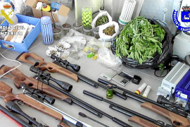 La policía acude a un desmayo en una casa de Bendinat y halla armas y marihuana