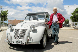 Pedro Galiana y su 2 CV