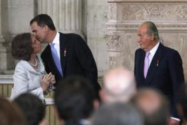 Ceremonia de abdicación. Felipe besa a su madre.