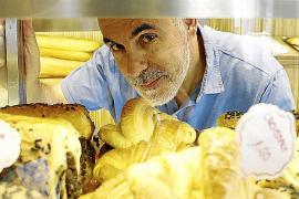 Martín Llabrés cambia la oficina por el teatro con la obra 'Croissants de lejos'