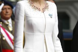 La reina Letizia elige un look sobrio sin ornamentos