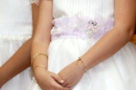 Una niña de 9 años dona los regalos de su Comunión para  la investigación contra el cáncer