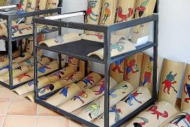 El artista Gustavo ilustra 50 tejas para financiar los destrozos del 'cap de fibló'