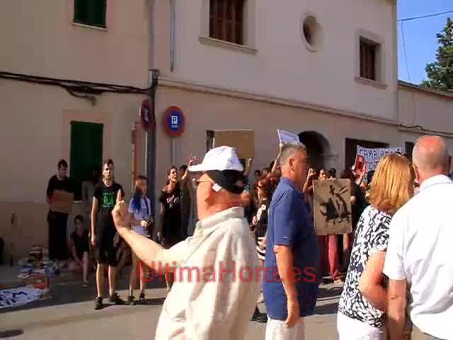 Un grupo de antitaurinos protesta en Muro