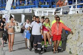 Tres jóvenes que volaban en 'parasailing' resultan heridas en la playa Son Matías