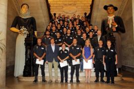35 policías y 7 bomberos toman posesión de su cargo en la sala de plenos de Cort