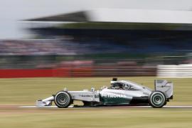 Los Mercedes dominan por delante de Alonso