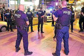 UN CENTENAR DE VENDEDORES AMBULANTES ILEGALES SE ENFRENTAN A LA POLICIA EN LA PLATJA DE PALMA.