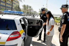 La policía declara la guerra a las masajistas ilegales de la Platja de Palma