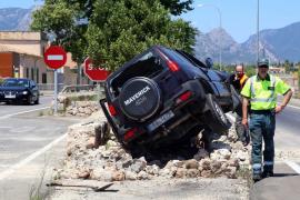 Un joven se duerme al volante y arremete contra un muro en la carretera de Sóller
