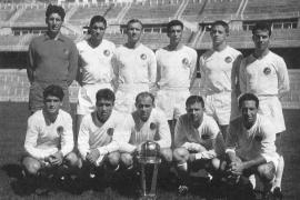 El Real Madrid de Di Stéfano posa con la I Copa Intercontinental ganada en 1960.