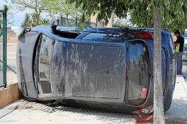 Espectacular vuelco de un vehículo en el polígono de Son Oms