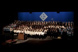 La familia coral de la Universitat de les Illes interpreta una cantata 'nadalenca'