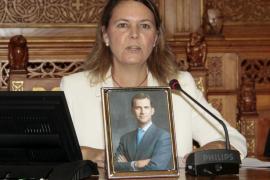 Salom coloca una foto del Rey en el pleno para que no le anulen la amnistía urbanística