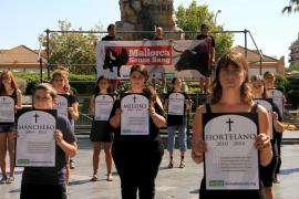 Activistas escenifican un funeral para presentar una campaña antitaurina