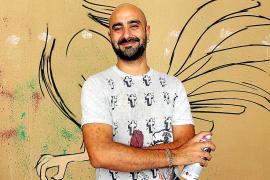 El artista urbano 'Soma' recrea un mural en el patio del Casal Solleric