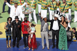 Shakira y Carlinhos Brown encabezan una colorida ceremonia de clausura en Brasil