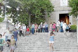 El rector de Lloseta recibe un caluroso aplauso de apoyo después de misa