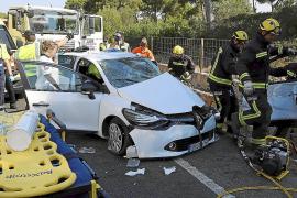 Dos heridos al chocar contra un camión en la carretera de Cap Blanc
