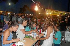 Cultura y gastronomía de todo el mundo llenan sa Coma de fiesta y turistas