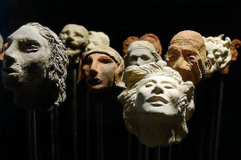 '1001 caps' acerca la poesía visual a Can Gelabert a partir de la cerámica