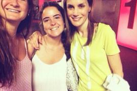 Doña Letizia se hace un 'selfie' en el cine con dos jóvenes