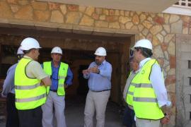 El conseller de Turisme y el alcalde de Sóller visitan las obras del hotel Rocamar