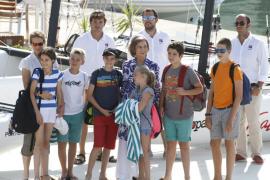 La Reina Sofía con seis de sus nietos y su hija Elena.