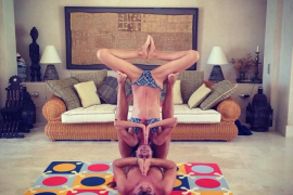 Puyol y Vanesa practicando yoga