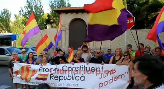 Una veintena de personas se manifiestan bajo el lema 'Devolved Marivent al pueblo'