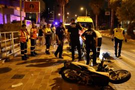 Dos jóvenes, heridos graves tras colisionar con su moto contra un coche en la Platja de Palma