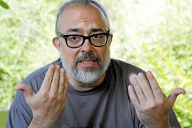 Álex de la Iglesia reconoce que rodar en la Isla «no es una idea muy original»