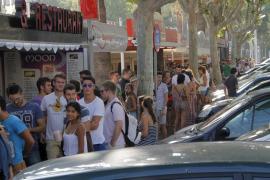 Cientos de personas hacen cola para canjear su entrada de David Guetta