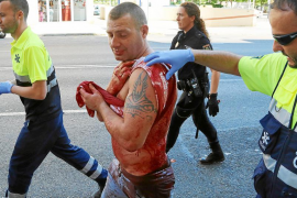 El varón, con la ropa completamente ensangrentada, instantes después de ser apuñalado por la espalda por su compañera.