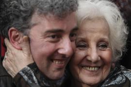 Un abrazo que pone fin a 36 años de lucha