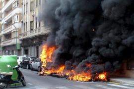 Un incendio de contenedores destroza dos coches y una moto en el centro de Palma