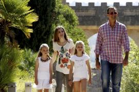 Los Reyes y sus hijas visitan Raixa