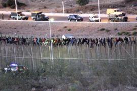Unos 80 inmigrantes continúan subidos a la valla de Melilla tras cinco horas