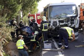 La colisión de un camión y dos coches provoca un gran colapso en la carretera de Pollença
