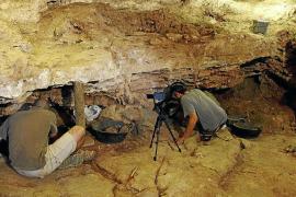 Hallan la mayor colección de 'botones' óseos en la Cova del Camp del Bisbe