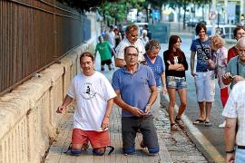 Una apuesta  lleva a tres personas a subir de rodillas la cuesta de la Sang