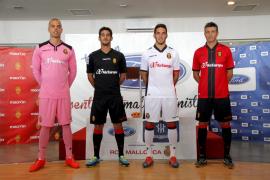 Varios jugadores del Mallorca con la nueva equipación
