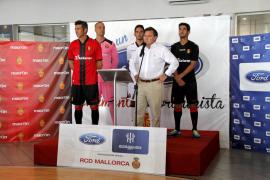 Varios jugadores con Juan Barrios