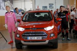 Los jugadores de Mallorca llegan en un coche a la presentación