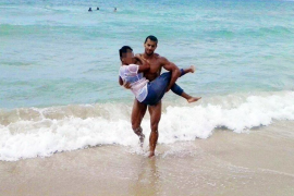 Una masajista huye de la policía en la Platja de Palma y tiene que ser rescatada del mar