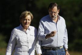 Merkel, entre vítores y algún abucheo, reparte saludos en la plaza del Obradoiro