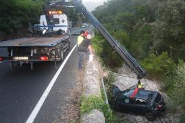 Complejo rescate de un conductor que cayó a un torrente en Sóller
